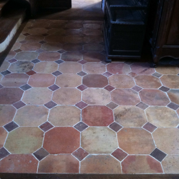 Terres cuites hexagonales avec cabochons