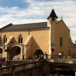 Plastering of the outdoor walls of a roman church in the Périgord Vert with natural pigments
