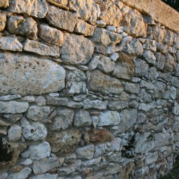 Creation of an enclosed wall with patina and ageing stone works in the Périgord Vert